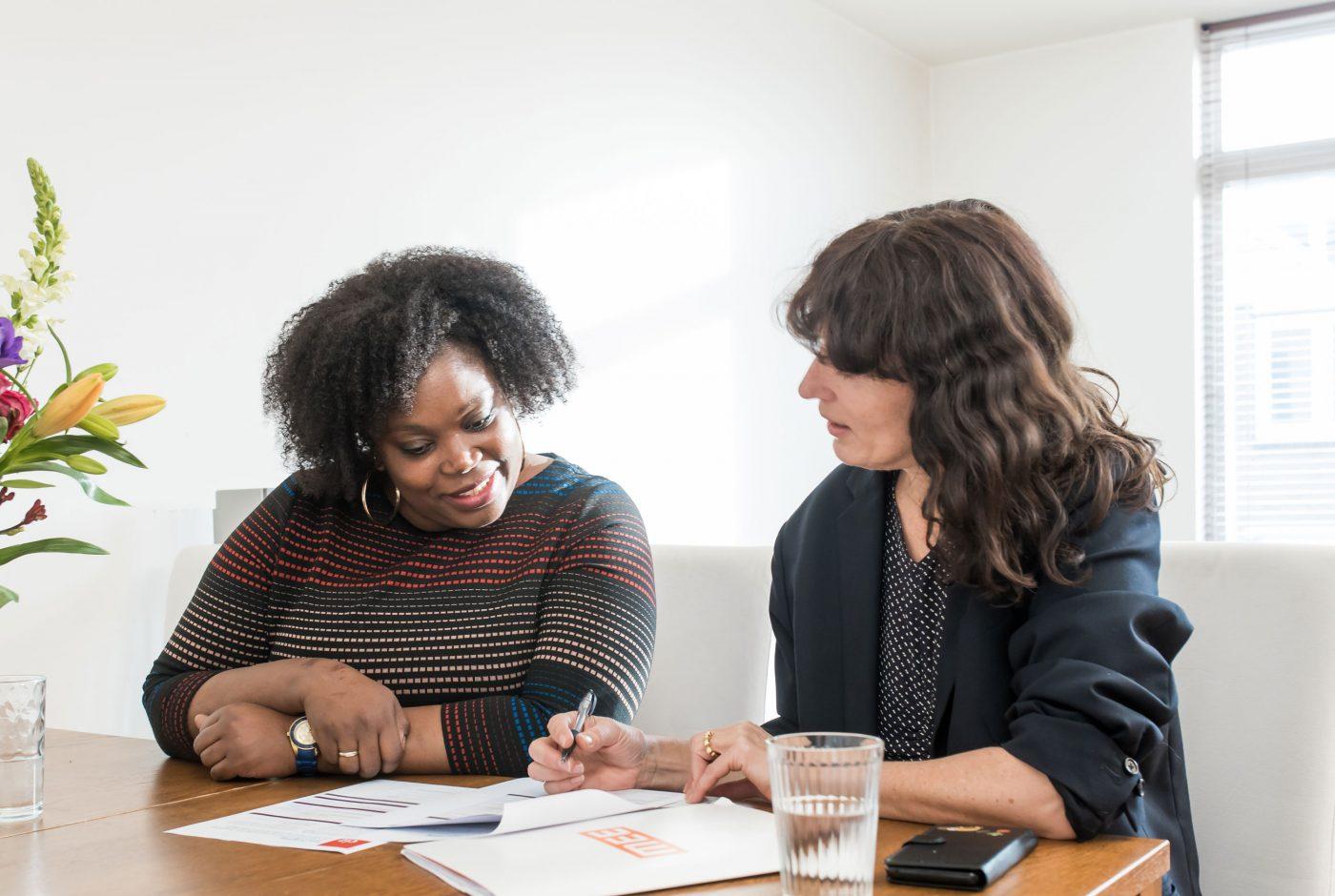 gesprek tussen cliënte en consulent