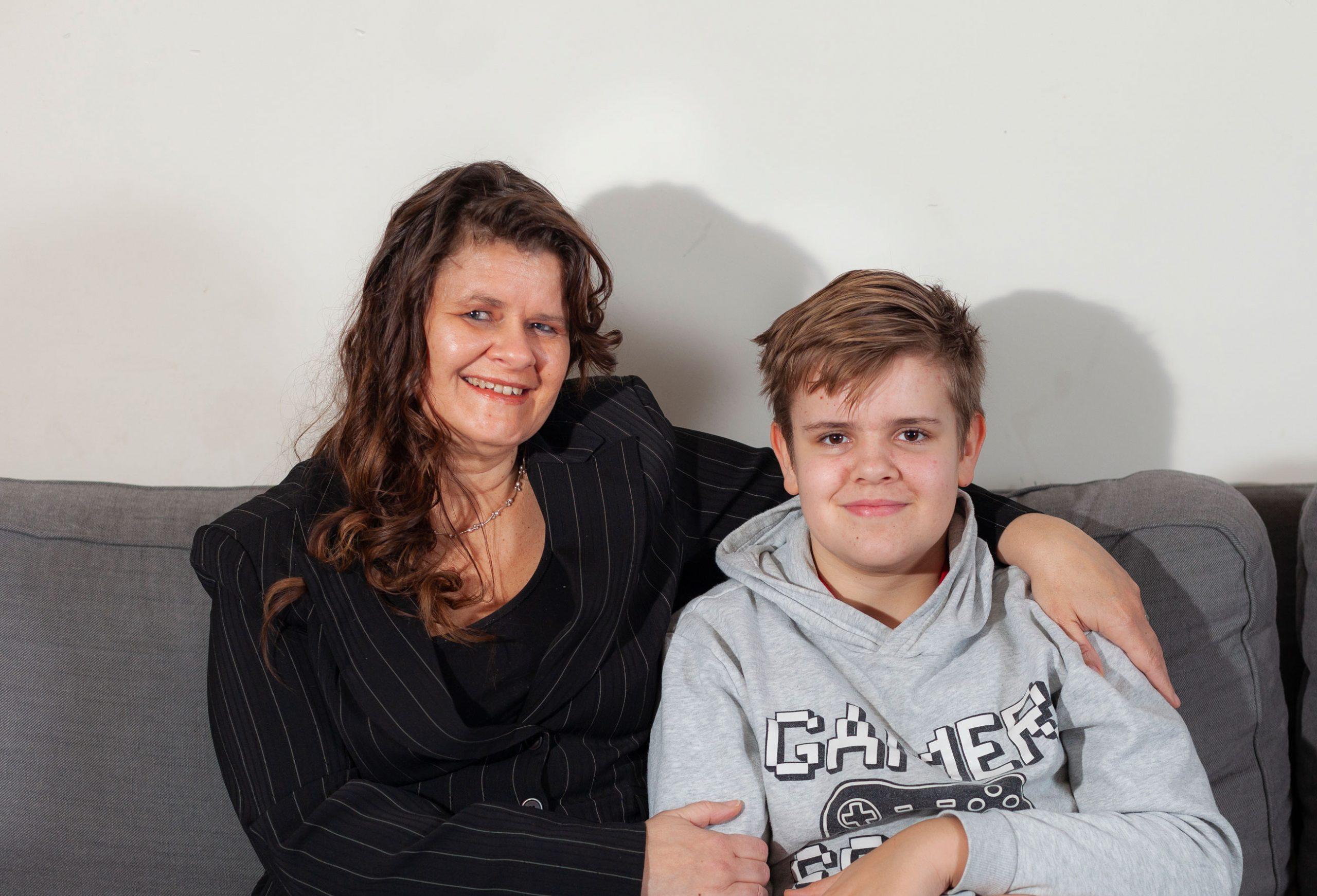 Moeder en zoon op de bank