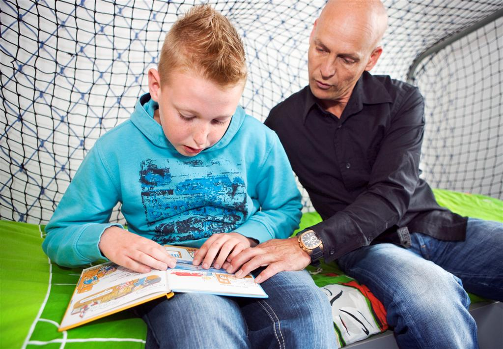 Vader leest met zijn zoontje