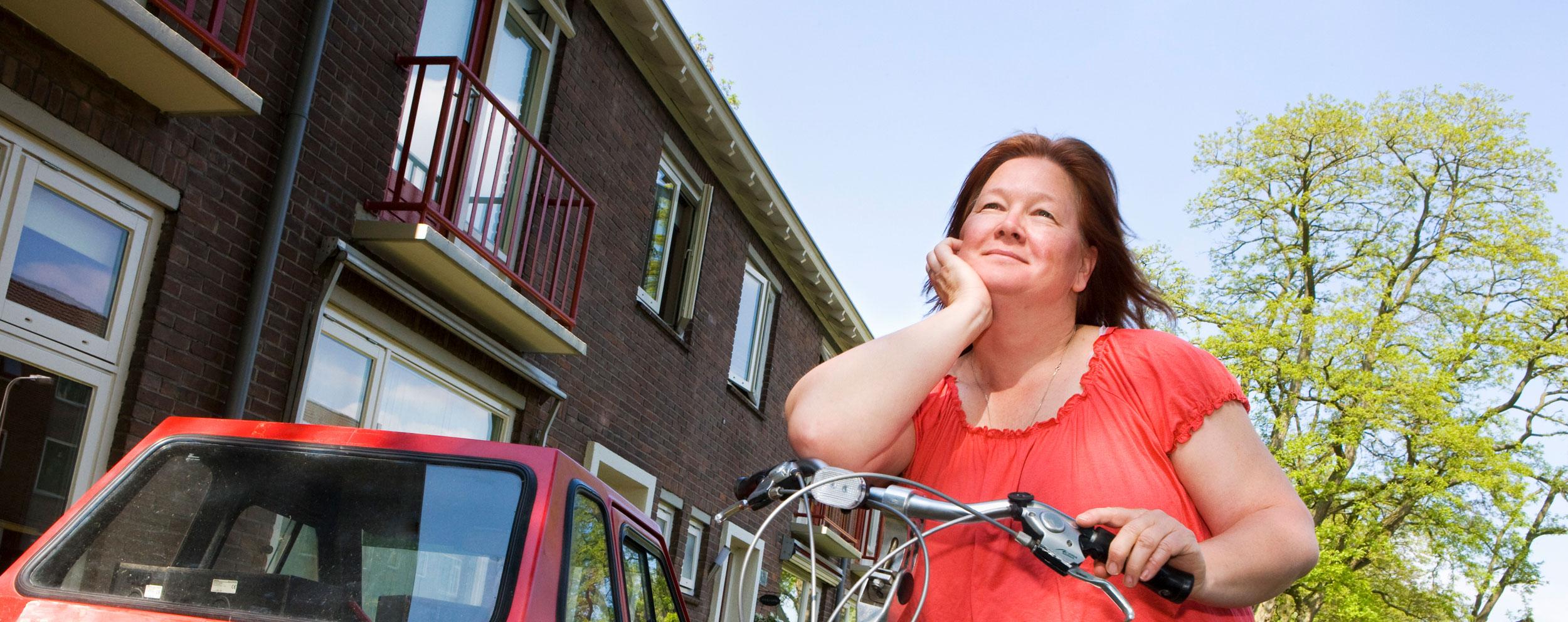 Vrouw op de fiets op straat