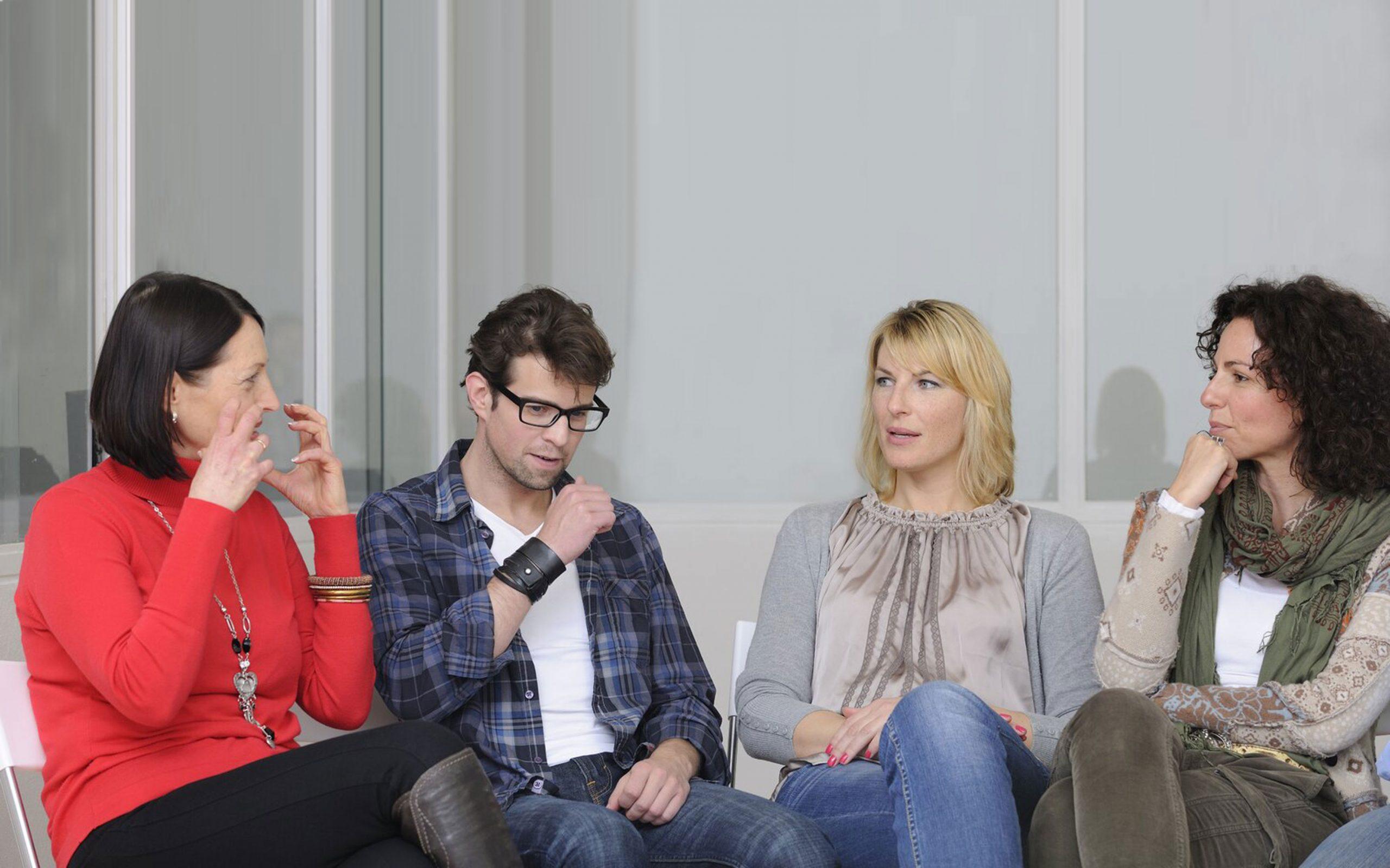 groep volwassenen in gesprek