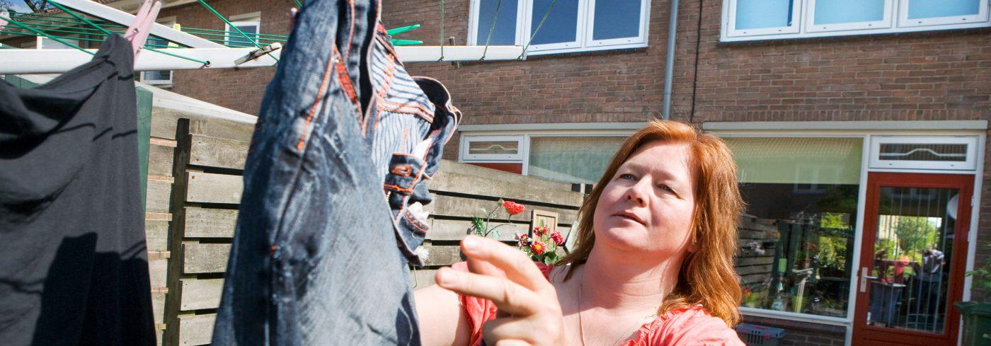 vrouw hangt de was op