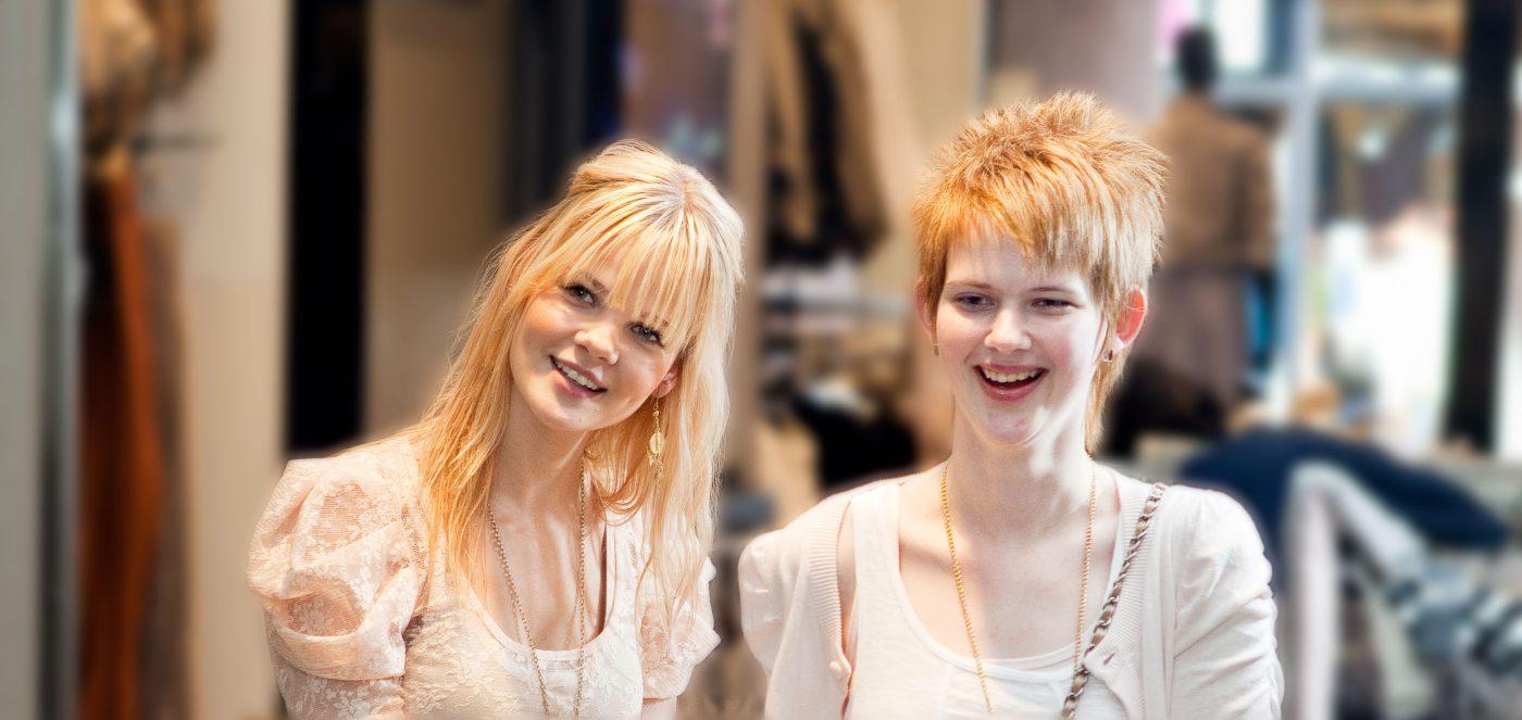 winkelende jonge meiden