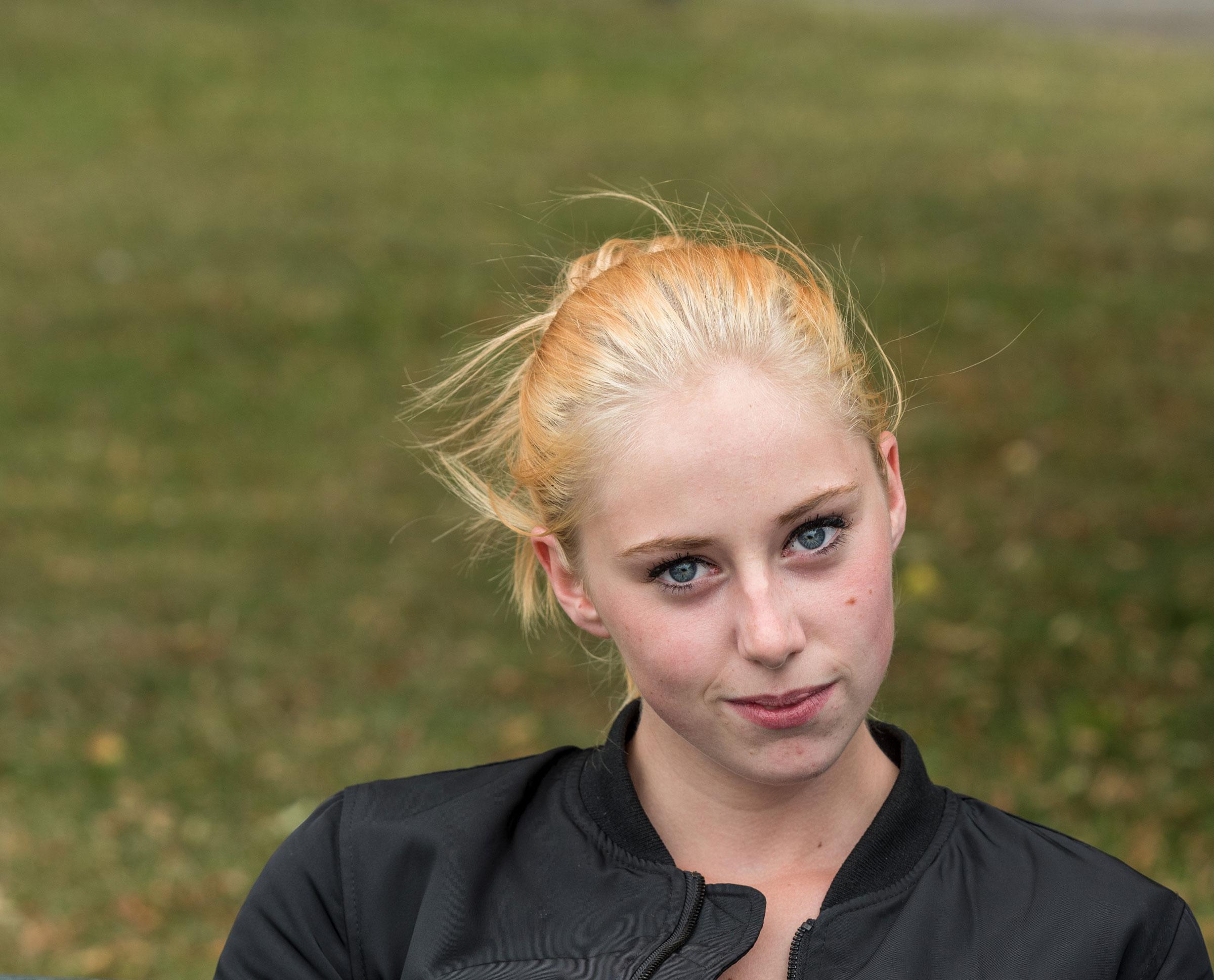 Jonge vrouw in park op bank