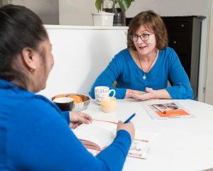 consulente met cliënt in gesprek