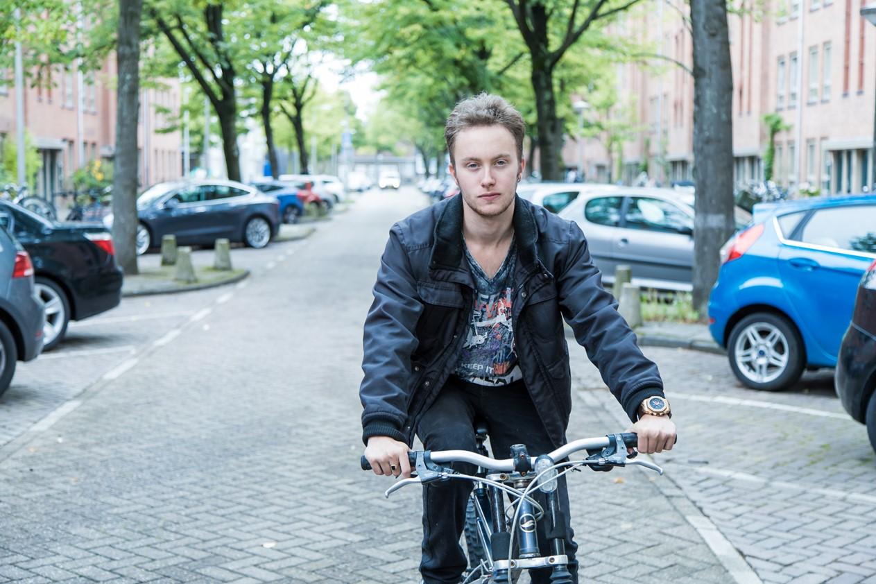 Jongen op de fiets in de stad